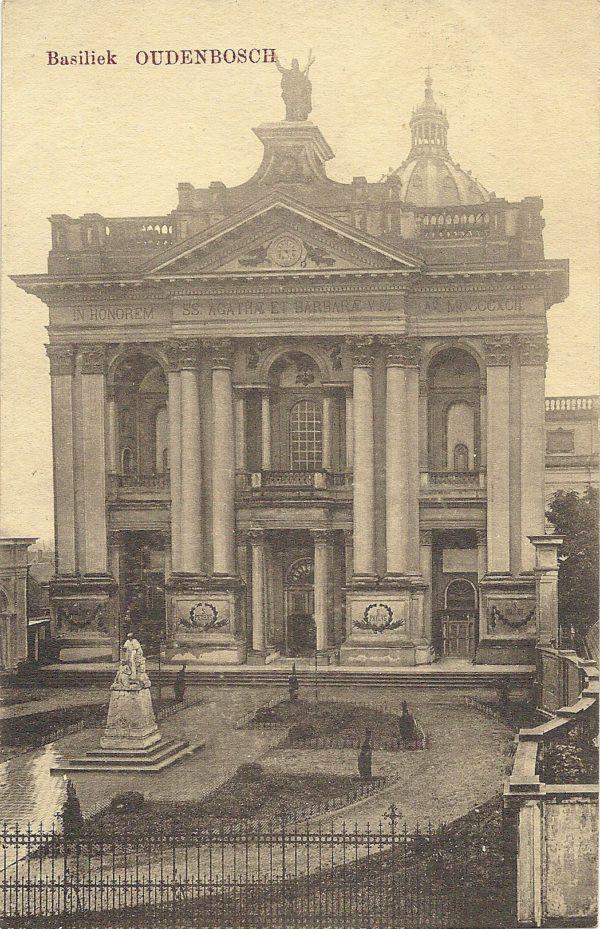 Basiliek Oudenbosch met monument voor de zouaven.